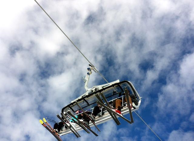 narciarze na wyciągu krzesełkowym